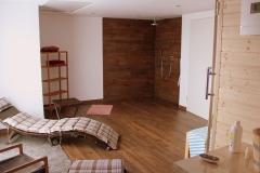 saunaraum-mit-ruheliegen-und-offener-dusche