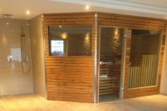 sauna-und-offene-dusche-im-wellnessbereich