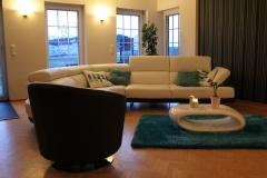 grosszuegige-couch-im-wohnbereich