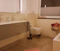 grosses-bad-mit-offener-dusche-und-badewanne